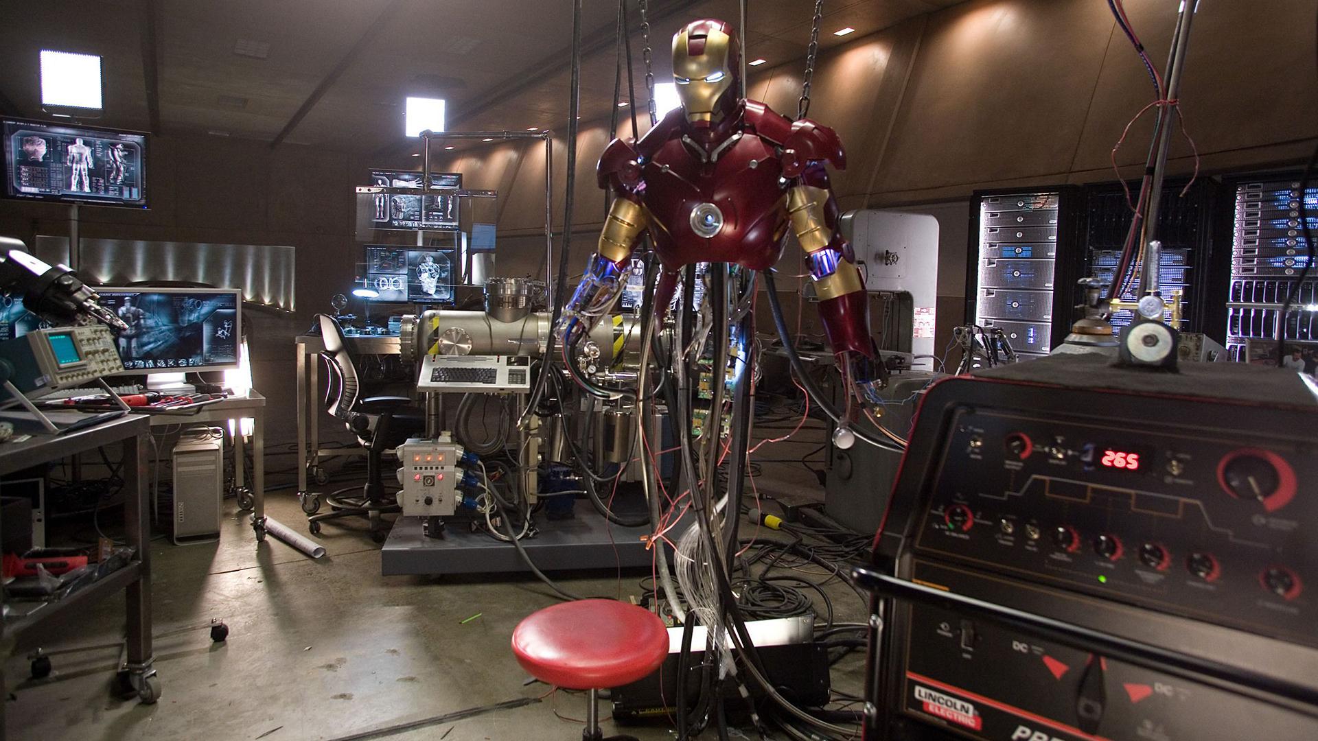 Iron Man manutenção de armadura. Fundo virtual gratuito para Zoom, Microsoft Teams, Skype, Google Meet e WebEx ou qualquer outra aplicação compatível.